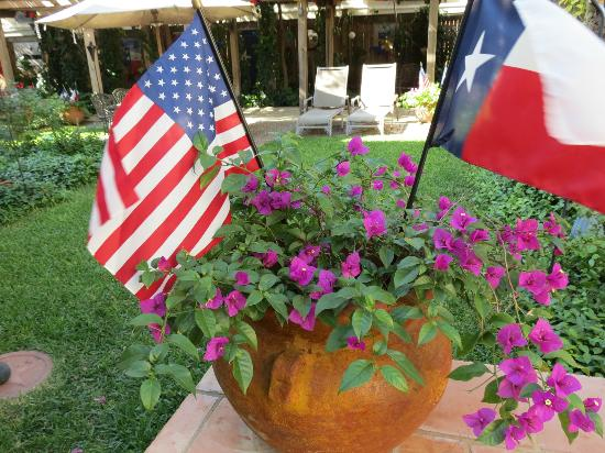 Arbor House Inn And Suites: Flowers in a relaxing yard.