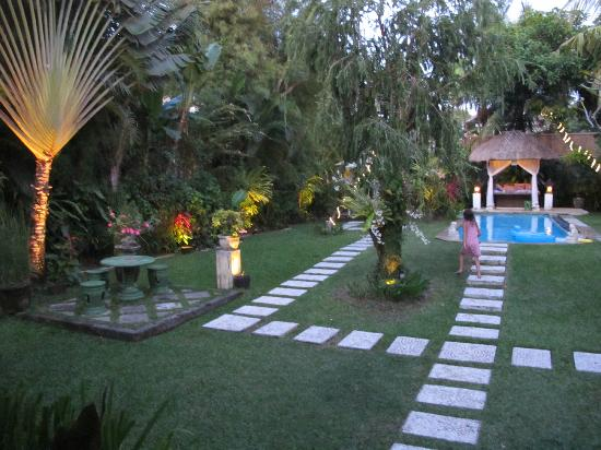 Villa Poppy: At night the lights make the outdoor area seem like fairy land