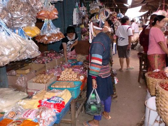 Kengtung, Myanmar: 山岳民族のおばさんもお買い物