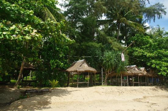 Lanta Coral Beach Resort: paillote plage
