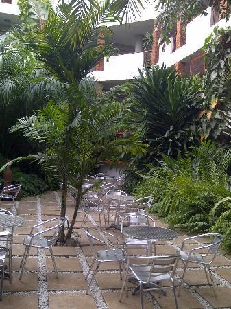La Cour Hotel Cooper: Inner garden area