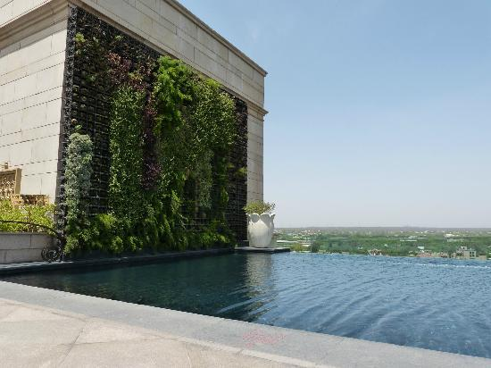 The Leela Palace New Delhi: Rooftop infinity pool with black tiles