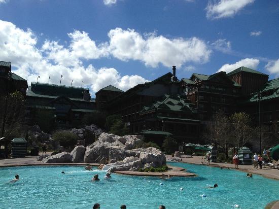 Disney's Wilderness Lodge: ロッジ風の外観 プールも賑わってました
