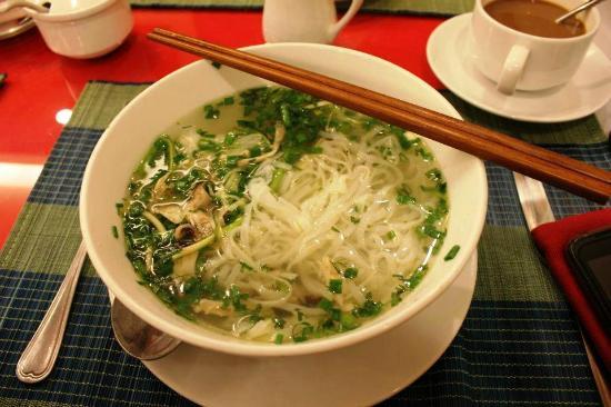 Hanoi Topaz Hotel: Chicken noodle soup as breakfast! NICE!