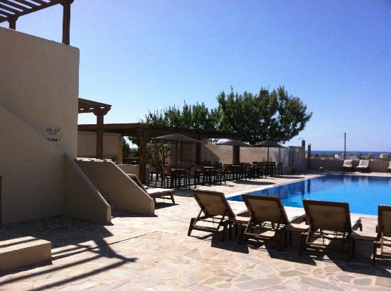Thera Mare Hotel: The left side of the pool area looking out toward the ocean. There is a bar not in the frame.