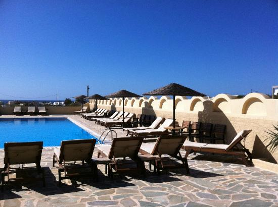 Thera Mare Hotel: The right side of the pool area as looking out toward the ocean.