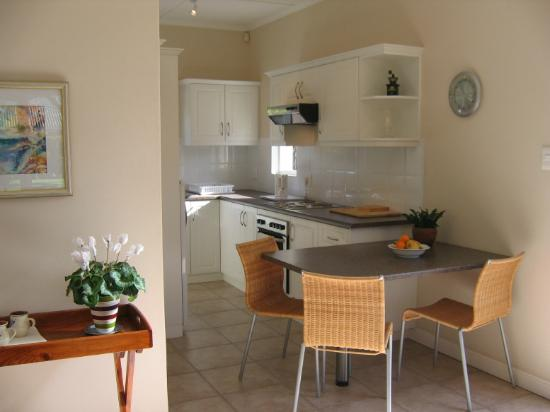 10 Caledon Street Guest House: kitchen in self catering garden cottage