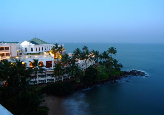 Mount Lavinia Hotel: The Governors house at dusk