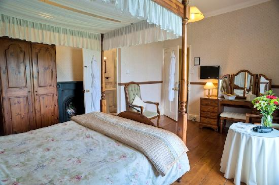 Beera Farmhouse: king size four poster (room 1)