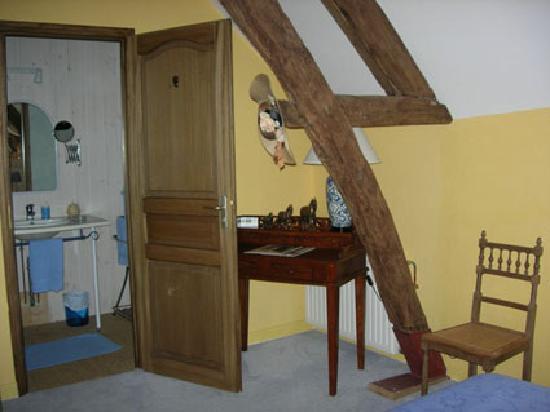 Le Taillet Chambres d'hotes en Bourgogne : chambre Bleue cabinet de toilette