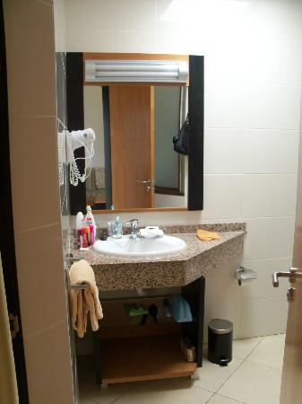 HL Miraflor Suites: Bathroom