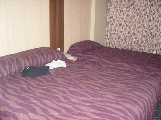 Royal National Hotel: Double & Single bed but plenty space between and far side