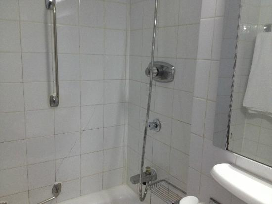 Sheraton Kampala Hotel: The poor Bathroom