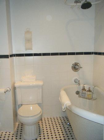 Le Chateau du Faubourg: The Master Suite's Bathroom