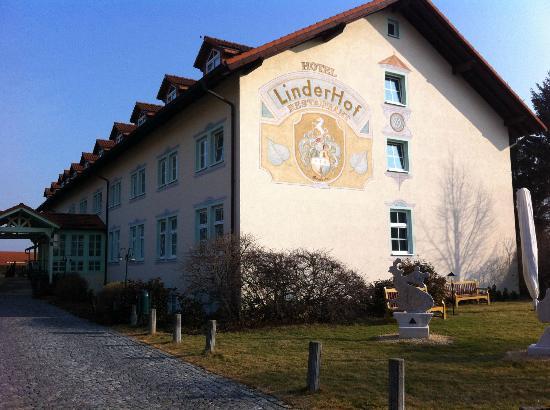 Hotel Linderhof: Garden View