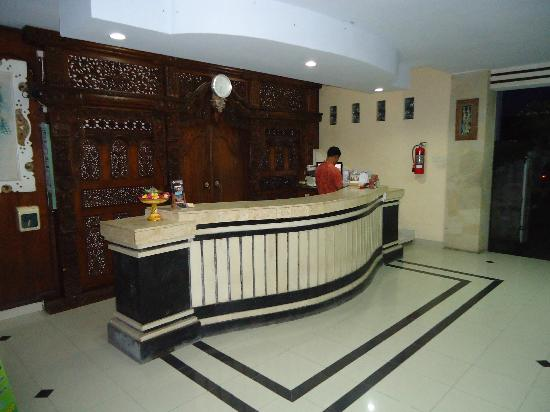 Suriwathi Beach Hotel: Hotel reception behind the door is the lockers (safe)