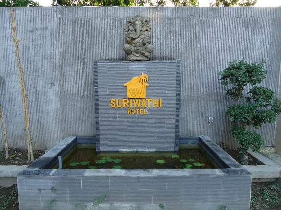 Suriwathi Beach Hotel : water feature
