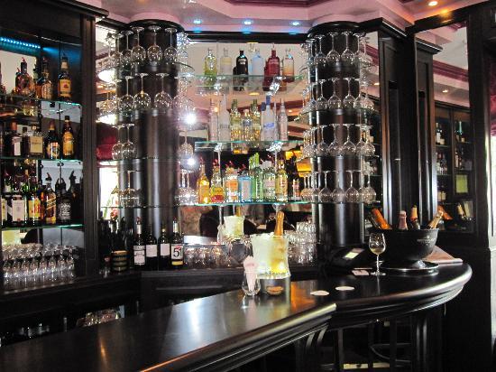 L'Aventure: Le Bar