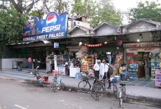 juSTa Greater Kailash, New Delhi: Die Reihe Läden um die Ecke