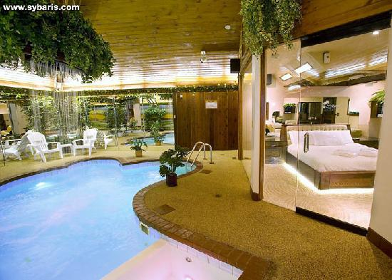 Paradise swimming pool suite picture of sybaris for Suites in chicago