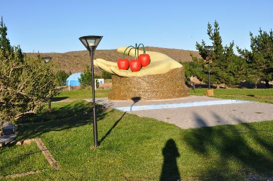 Complejo Turistico Lago Buenos Aires: monumento alli se realiza la fiesta de la cereza
