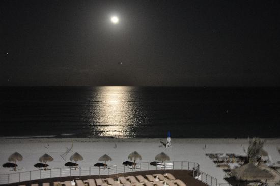 Sunset Royal Beach Resort: Full moon at The Royal Sunset