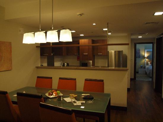 Fraser Suites Dubai: kitchen