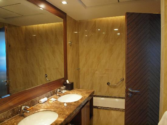 Fraser Suites Dubai: bathroom