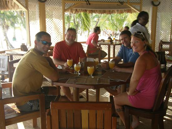 Coco Plum Island Resort: Family at Breakfast