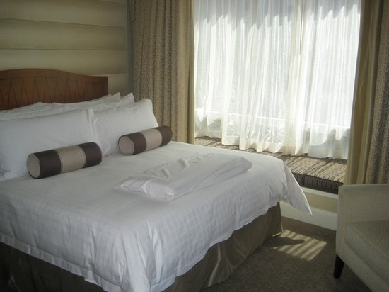 Four Seasons Hotel San Francisco: bedroom with down comforters and pillows!