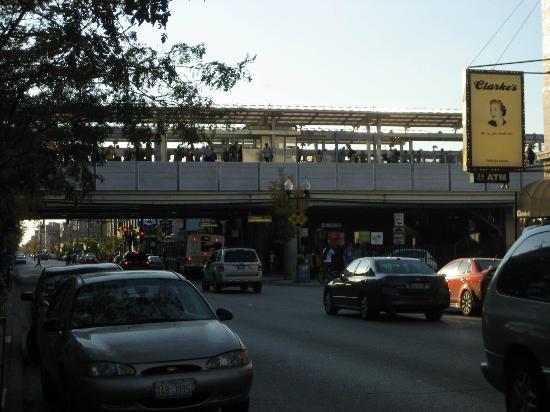 City Suites Hotel: Metro desde la puerta del hotel