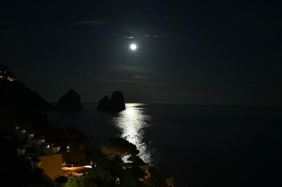 Hotel Weber Ambassador Capri: faraglioni in moonlight