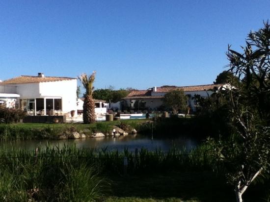 Hotel La Tramontane : le jardin et le petit lagon en arriere plan