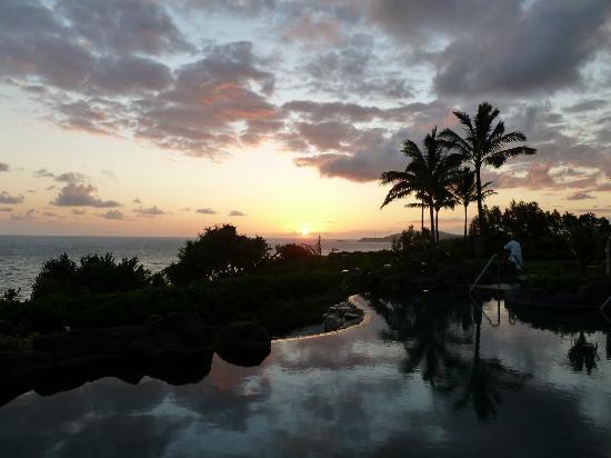 Westin Princeville Ocean Resort Villas : Sunrise over quiet pool