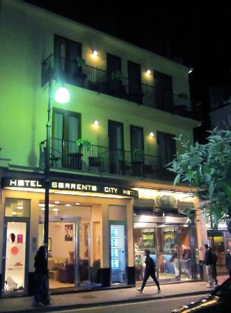 Hotel Sorrento City: Front of hotel at night. Very safe in Sorrento and around hotel.