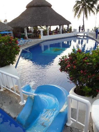 Dolphin Cove Inn: Double-terraced pool and dining area