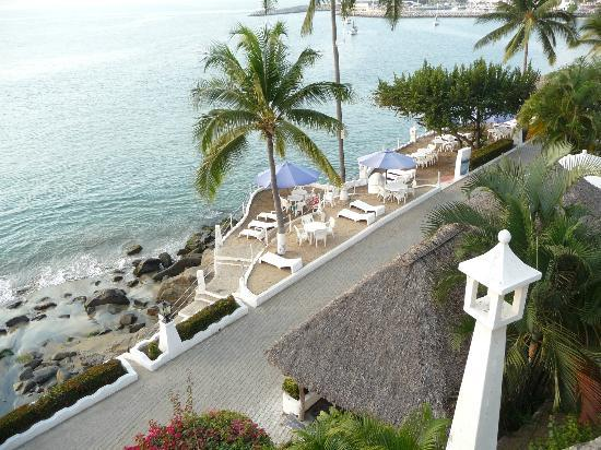 Dolphin Cove Inn: Terraced beach areas for high tide