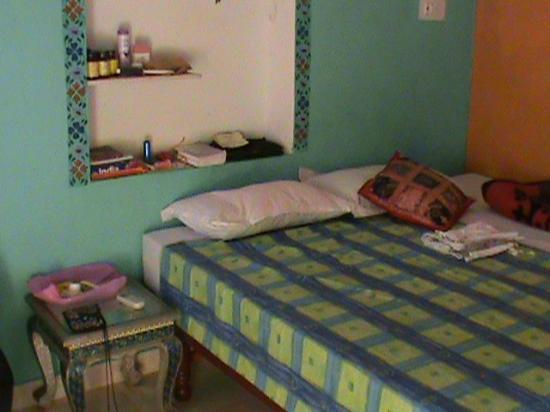 Hotel Hanuman Ghat: Nice bed!
