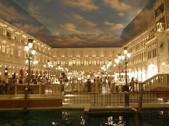 The Grand C Pes At Venetian Main Square With Restaurants