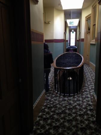 Silver Queen Hotel: hallways