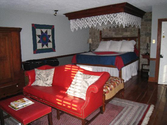 Historic Smithton Inn: Crimson Dove Suite