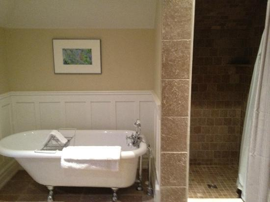 Newsroom Suites: Bathroom with clawfoot tub and shower