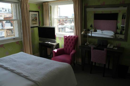 Knightsbridge Hotel: View of room #506 (sorry dark pic)