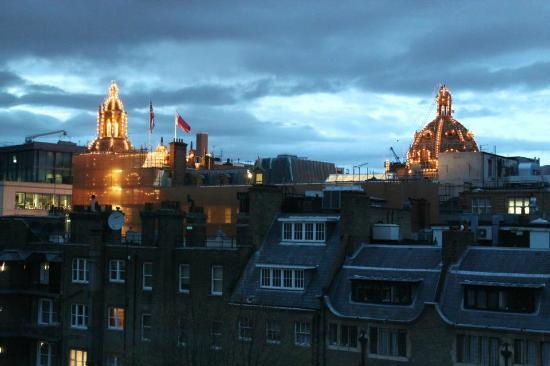 Knightsbridge Hotel: View of Harrod's dome from room