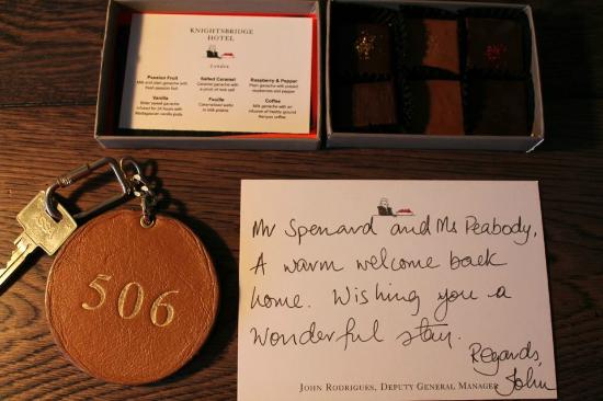 Knightsbridge Hotel: Welcome note and chocolates