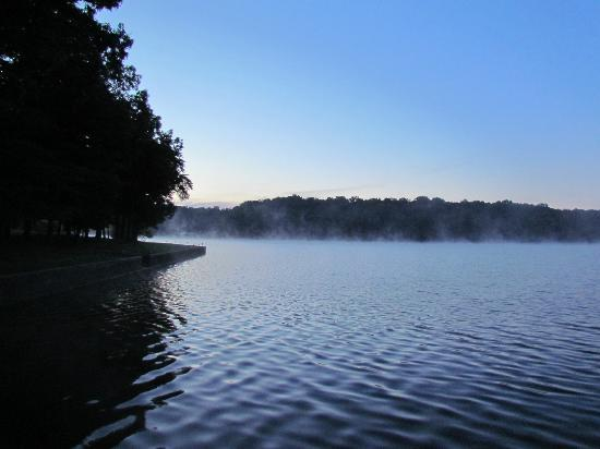 The Inn at Fall Creek Falls State Park: Sunrise over the water