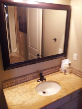 Coral Springs Resort: Guest Bathroom