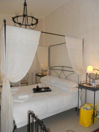 WRH Trastevere: Room with Wine Awaiting..Nice!