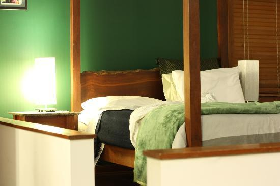 Mountain Edge Studios: Lovely bed in the green room