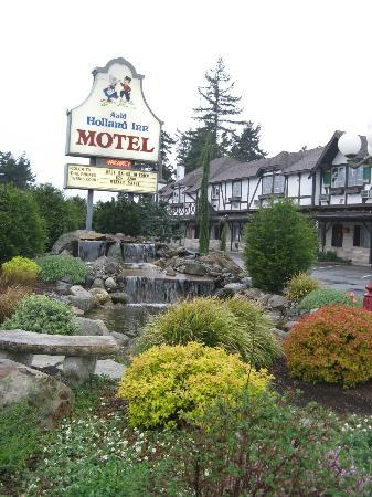 Auld Holland Inn: Grounds and distance view of motel